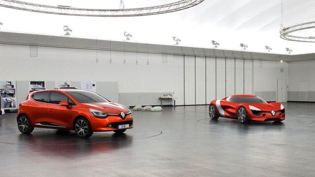 Orangener Renault Clio und Renault Dezir Concept Car in Werkstatt