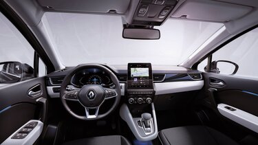 Frau tippt auf das Easy Link Display Ihres Renault Fahrzeugs