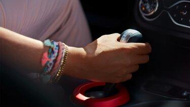 Hand einer Frau am Schaltgetrieb eines Renault Fahrzeugs