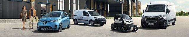 Vier Renault Elektrofahrzeuge (ZOE, Kangoo Z.E., Twizy und Master Z.E.) parken vor Gebäude