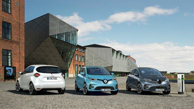 Weißer, blauer und grauer Renault ZOE stehen vor Gebäude