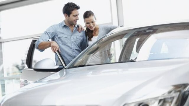 Paar schaut sich Renault Fahrzeug an
