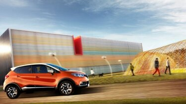 Renault Captur vor modernem Industriegebäude