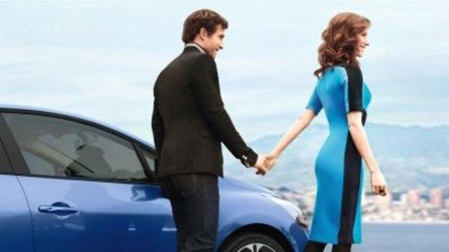 Mann und Frau Hand in Hand vor Renault