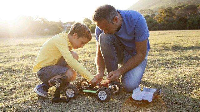 Vater mit Sohn bauen ein Modellauto