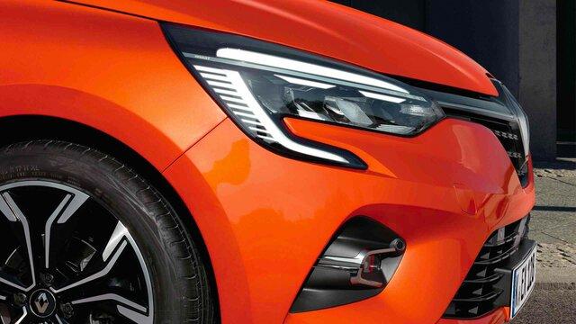 Rechter Flügel eines orangenen Renault Clio