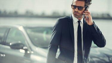 Nahaufnahme von Geschäftsmann beim Telefonat