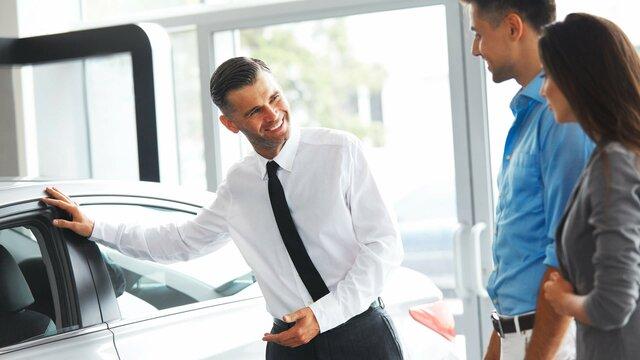Ehepaar mit Renault Mitarbeiter im Gespräch