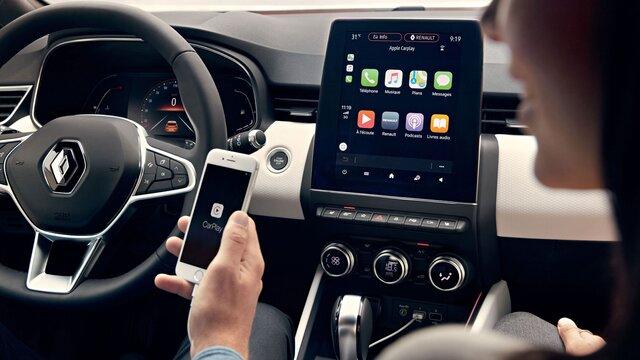 Mann verbindet sein Smartphone mit EASY LINK über Renault EASY CONNECT