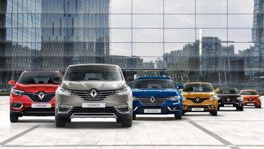 Renault PKW Range vor moderner Architektur