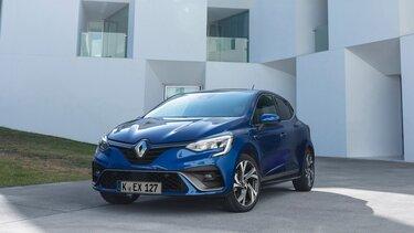 Nahaufnahme vom Renault CLIO BUSINESS Edition vor moderner Architektur