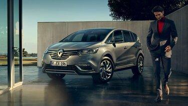 Der Renault ESPACE vor moderner Architektur