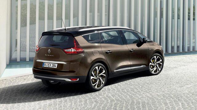 Nahaufnahme vom Renault Grand SCENIC BUSINESS Edition vor moderner Architektur