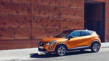 Der Renault Captur vor moderner Architektur