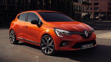 Nahaufnahme vom Renault Clio in der Stadt