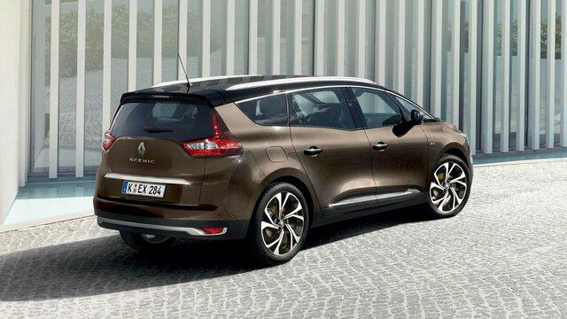 Der Renault Grand SCENIC vor moderner Architektur