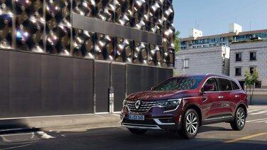 Der Renault Koleos vor moderner Architektur in der Stadt