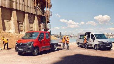 Renault Master Pritsche und Transporter auf einer Baustelle