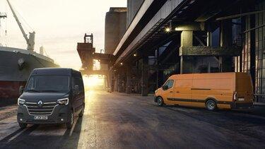 Der Renault Master im Hafen bei Abendämmerung