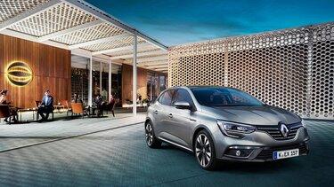 Der Renault Mégane vor moderner Architektur
