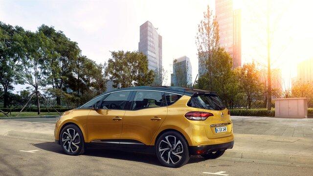 Der Renault Scénic vor Skyline