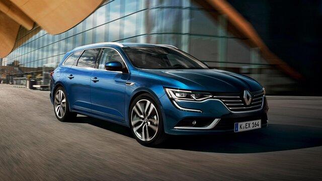 Der Renault Talisman Grandtour vor moderner Architektur