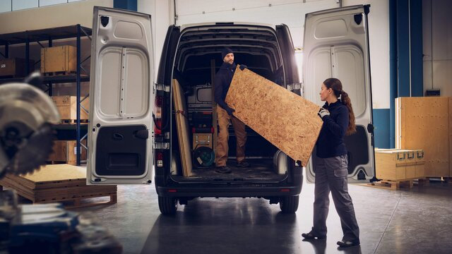 Frau und Mann beim Beladen des Renault Trafic