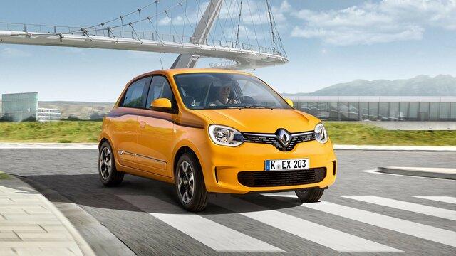 Der Renault TWINGO vor moderner Stadtarchitektur