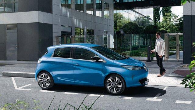 Der Renault CLIO in der Stadt vor moderner Architektur