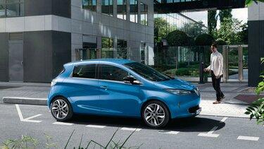 Der Renault ZOE E-Tech in der Stadt vor moderner Architektur