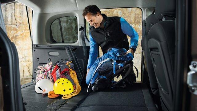 Mann beim beladen des KANGOO XXL-Kofferraum