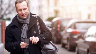 Mann nutzt die App MY Renault auf dem Handy