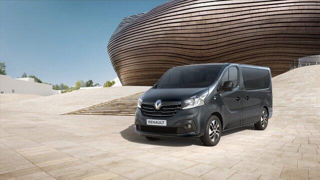 Der Renault Trafic vor moderner Architektur