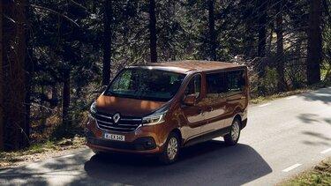 Renault Trafic Combi auf einer Landstraße