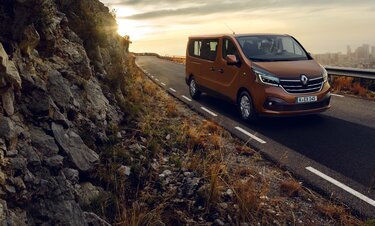 Renault Trafic Combi in den Bergen auf einen Landstraße