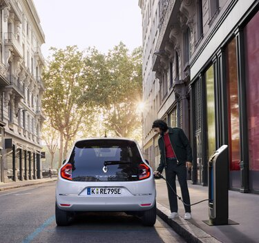 TWINGO Electric an der Ladestation