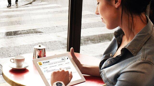 Frau liest den Renault Z.E. Newsletter auf einem iPad
