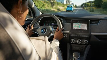 Frau am Steuer ihres Renault ZOE