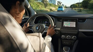 Frau am Steuer ihres Renault ZOE E-Tech