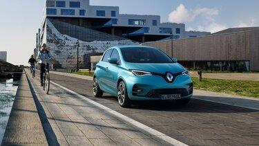 Renault ZOE E-Tech fährt auf der Straße