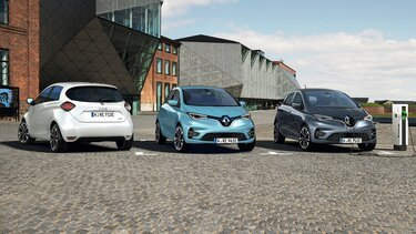 Weißer, blauer und grauer Renault ZOE parken vor Gebäude