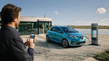 Mann steuert per MY RENAULT App das Laden seines Renault ZOE