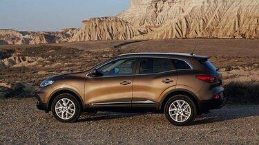 Brauner Renault Kadjar steht mitten einer kargen Landschaft