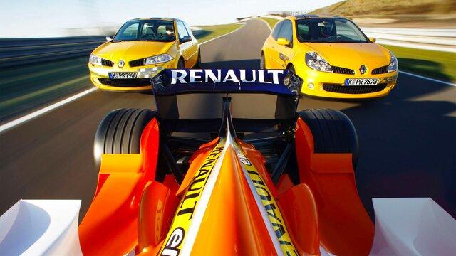 Zwei gelbe Renault Stadtautos fahren hinter einem Renault Formel 1 Wagen hinterher