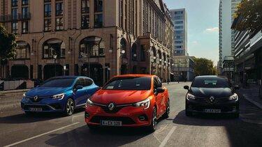 Drei Renault Clio in blau, orange und schwarz im Stadtverkehr