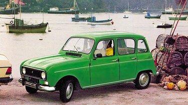 Grüner Renault R4 mit zwei Insassen parkt am Hafen