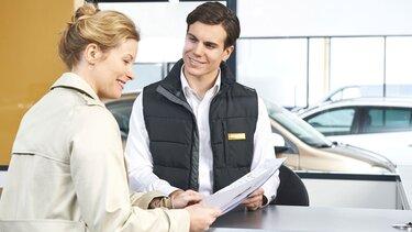 Renault Service - Un employé de garage Renault discute avec une cliente