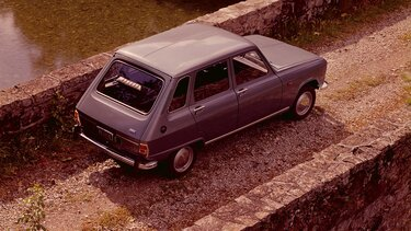 RENAULT 6 on a bridge