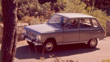 RENAULT 6 on the road