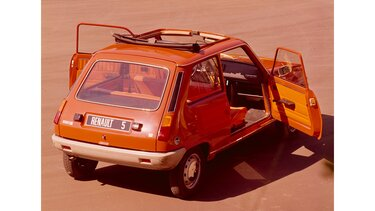 RENAULT 5 red rear view